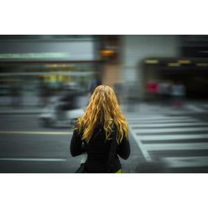 フリー写真, 人物, 女性, 外国人女性, 後ろ姿, 人と風景, 待つ, 道路