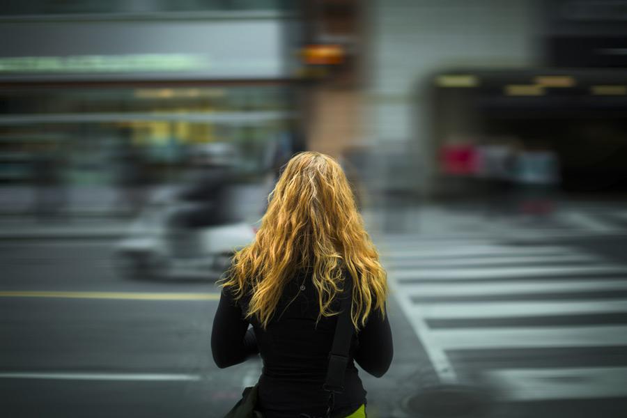 フリー写真 街の通りと信号を待つ外国人女性の後ろ姿