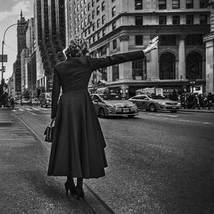 フリー写真, 人物, 女性, 外国人女性, 後ろ姿, 呼ぶ, コート, 道路, アメリカの風景, ニューヨーク, 人と風景
