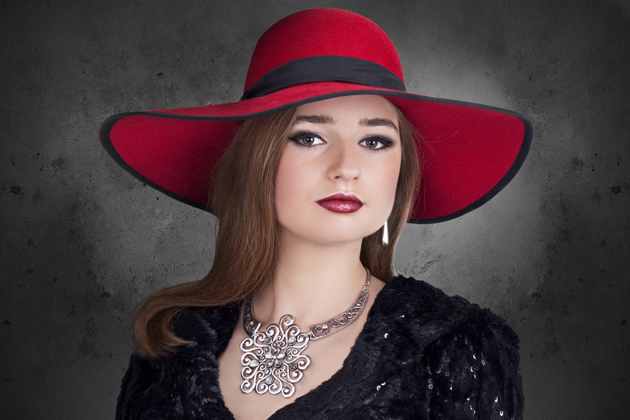フリー写真 赤い帽子を被ったポーランド人女性のポートレイト