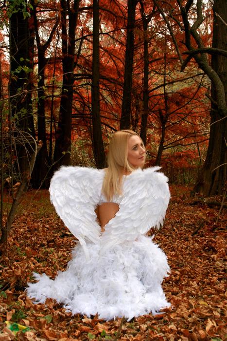フリー写真 森の中で天使の姿をした女性の後ろ姿