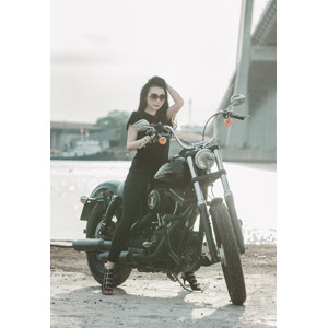 フリー写真, 人物, 女性, アジア人女性, ベトナム人, 女性(00104), 乗り物, 人と乗り物, バイク(オートバイ), サングラス, ハーレーダビッドソン, Tシャツ