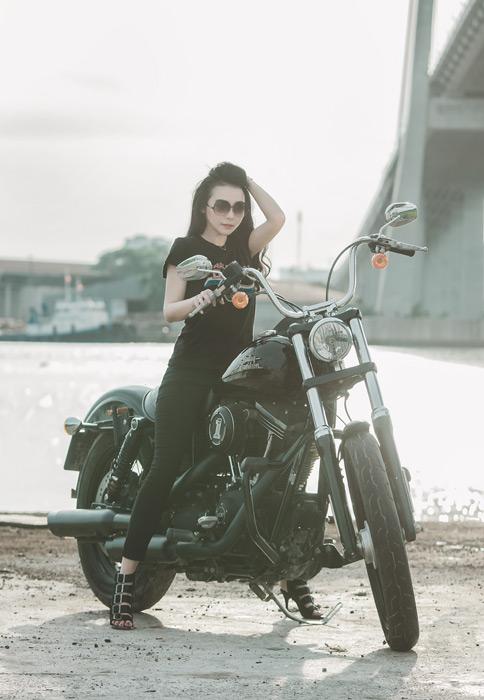 フリー写真 バイクに乗るベトナム人女性