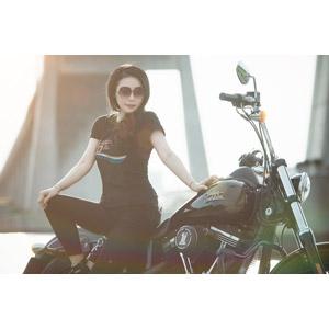 フリー写真, 人物, 女性, アジア人女性, ベトナム人, 女性(00104), バイク(オートバイ), 人と乗り物, サングラス, Tシャツ