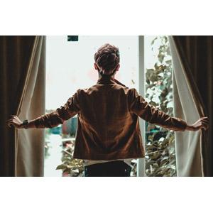 フリー写真, 人物, 男性, アジア人男性, 後ろ姿, 窓辺, カーテン, 男性(00105)