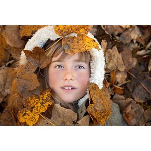 フリー写真, 人物, 子供, 女の子, 外国の女の子, 女の子(00034), 秋, 落葉(落ち葉), フード