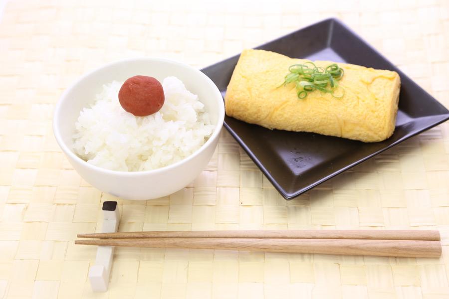 フリー写真 ご飯と梅干しと卵焼きの朝食