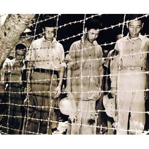 フリー写真, 戦争, 人物, 日本人, 太平洋戦争, 第二次世界大戦, 捕虜, 収容所, 失望(絶望), 悲しい, 金網, セピア色