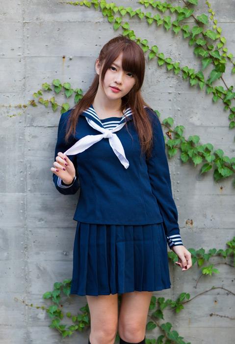 フリー写真 セーラー服のスカーフをつまむ女子高生