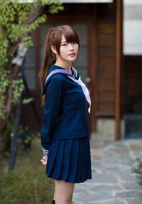 フリー写真 セーラー服姿で立っている女子高生