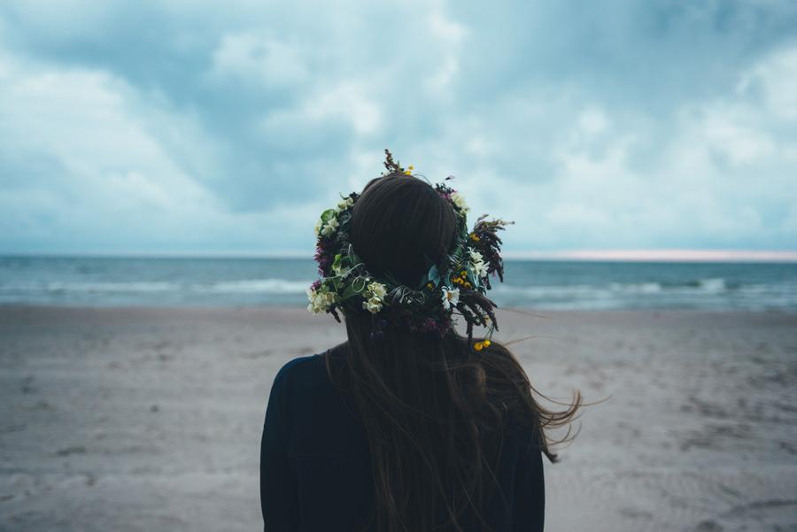 フリー写真 花冠を被って海を眺める女性の後ろ姿
