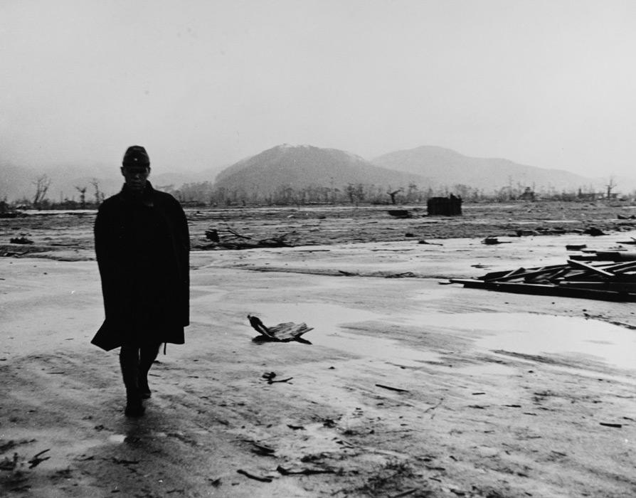 フリー写真 原爆投下後の広島の街を歩く旧日本兵