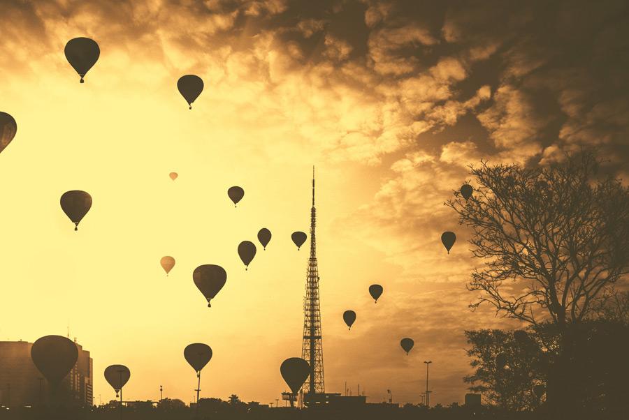 フリー写真 ブラジリアのテレビ塔と熱気球の風景