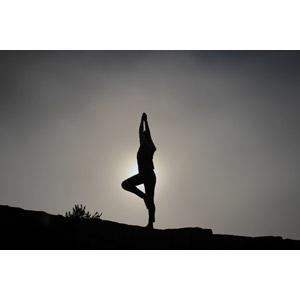フリー写真, 人物, 人と風景, シルエット(人物), 運動, ヨガ, 体操, ストレッチ, 太陽光(日光)