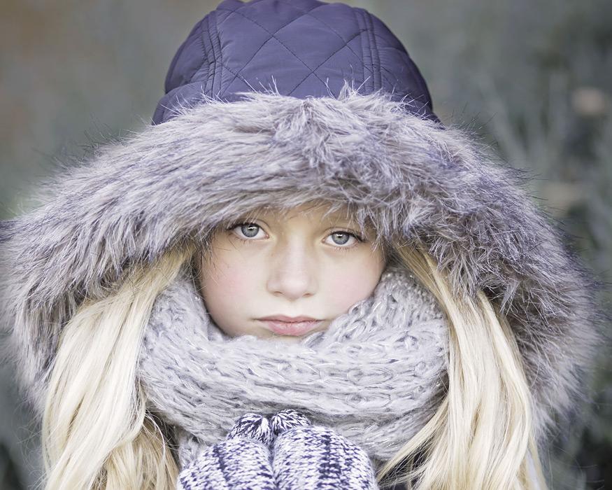 フリー写真 コートのフードを被るイギリスの女の子