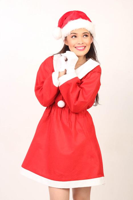 フリー写真 サンタの衣装を着るフィリピン人の女性