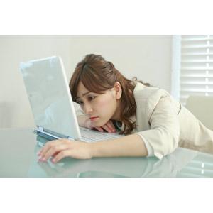 フリー写真, 人物, 女性, アジア人女性, 女性(00095), 日本人, 職業, 仕事, ビジネスウーマン, OL(オフィスレディ), レディーススーツ, 家電機器, パソコン(PC), ノートパソコン, デスクワーク, 疲れる, 悩む