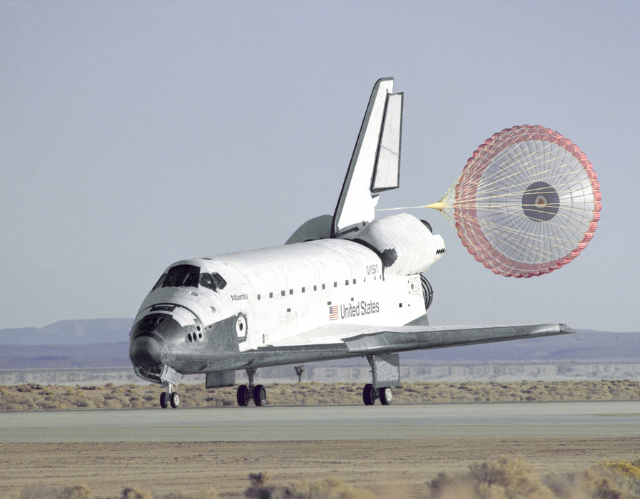 フリー写真 地球に帰還するスペースシャトル「アトランティス号」