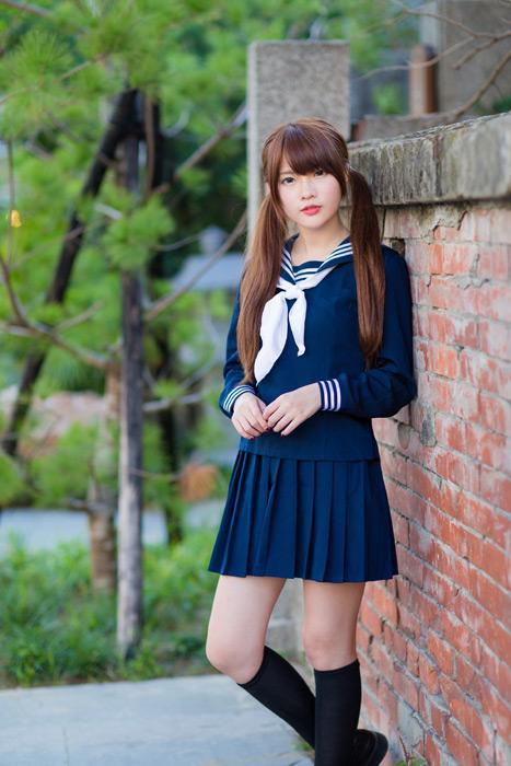 フリー写真 セーラー服とハイソックス姿の女子高生