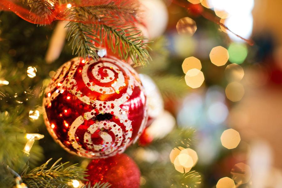 フリー写真 クリスマスツリーのオーナメントボール