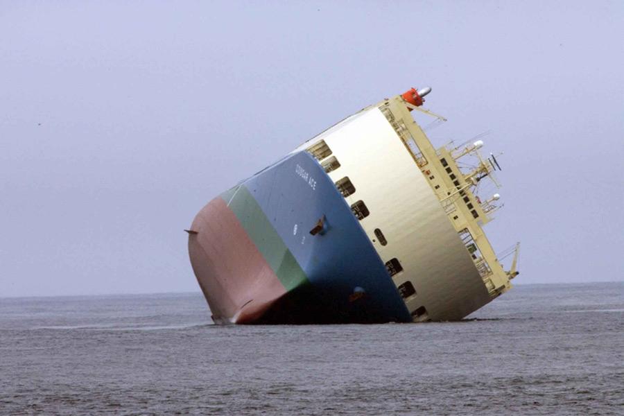 フリー写真 座礁した貨物船