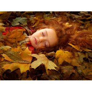 フリー写真, 人物, 子供, 女の子, 外国の女の子, ルーマニア人, 寝る(寝顔), 落葉(落ち葉)