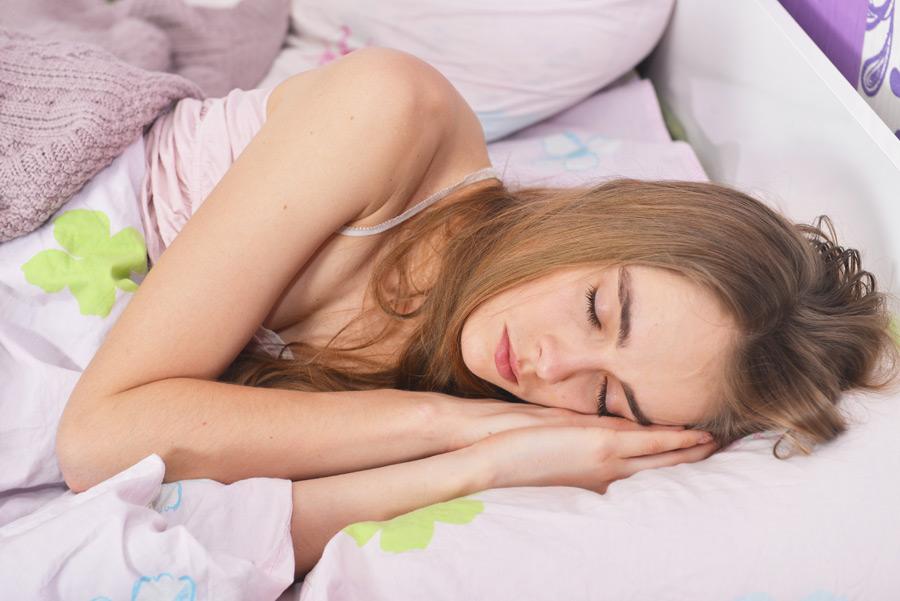 フリー写真 ベッドの中で寝ている外国人女性の