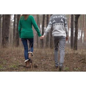 フリー写真, 人物, カップル, 恋人, 夫婦, 女性(00098), 男性(00099), 二人, 手をつなぐ, 後ろ姿, セーター, 森林