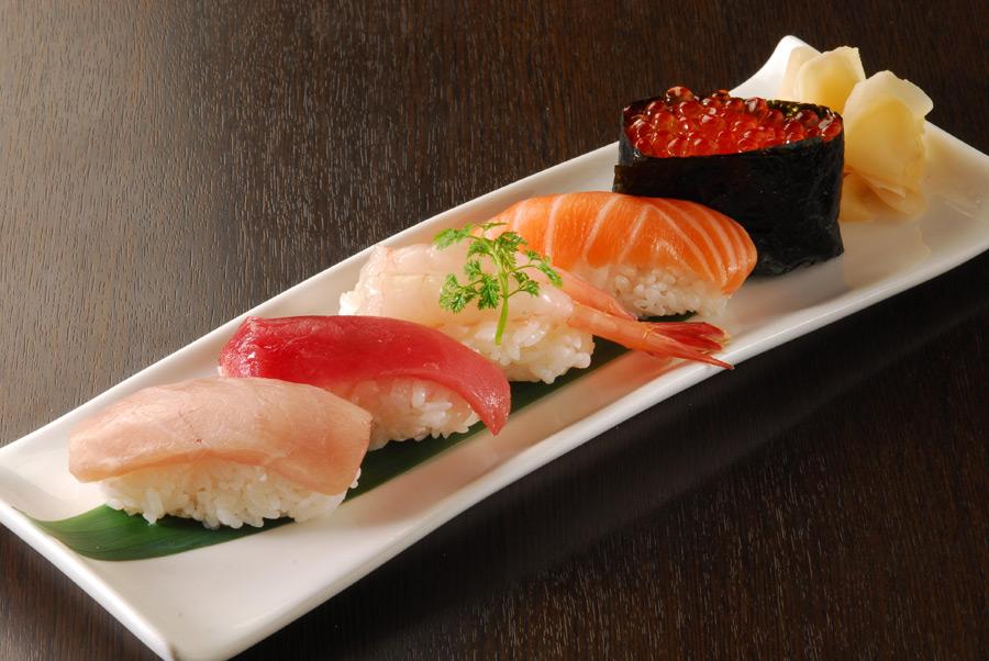 フリー写真 握り寿司と軍艦巻き
