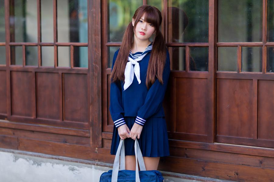 フリー写真 セーラー服姿で通学鞄を持っている女子高生