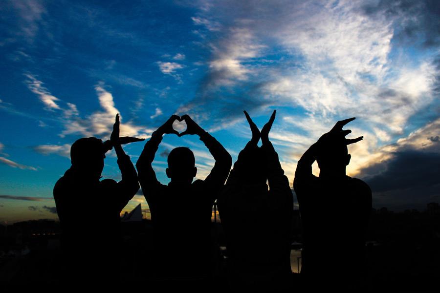 フリー写真 手で「LOVE」を作る四人の人物