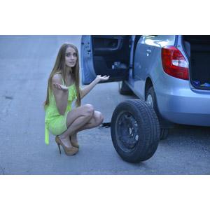 フリー写真, 人物, 女性, 外国人女性, 女性(00092), 人と乗り物, 自動車, パンク, タイヤ, 困る, しゃがむ, お手上げ