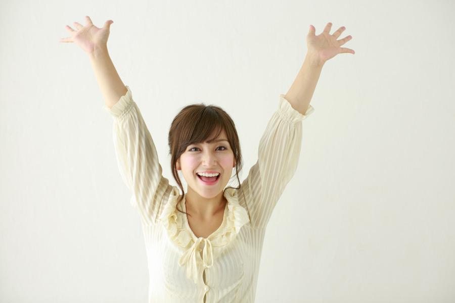 フリー写真 バンザイする日本人女性