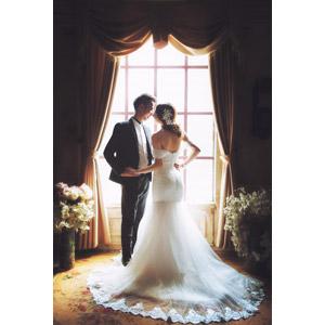 フリー写真, 人物, カップル, 花婿(新郎), 花嫁(新婦), ウェディングドレス, タキシード, 結婚式(ブライダル), 向かい合う, 二人, 愛(ラブ), 窓辺