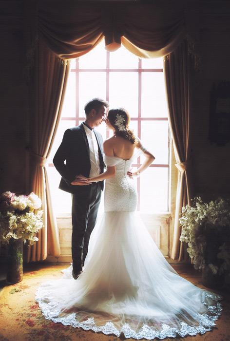 フリー写真 タキシードとウェディングドレス姿の新郎新婦