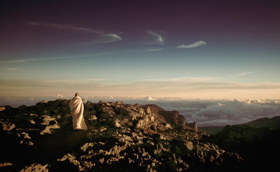 フリー写真 山の頂上から雲海を眺める人物の後ろ姿