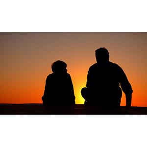 フリー写真, 人物, 親子, 父親(お父さん), 子供, 息子, 後ろ姿, シルエット(人物), 後ろ姿, 夕暮れ(夕方), 夕焼け, 人と風景