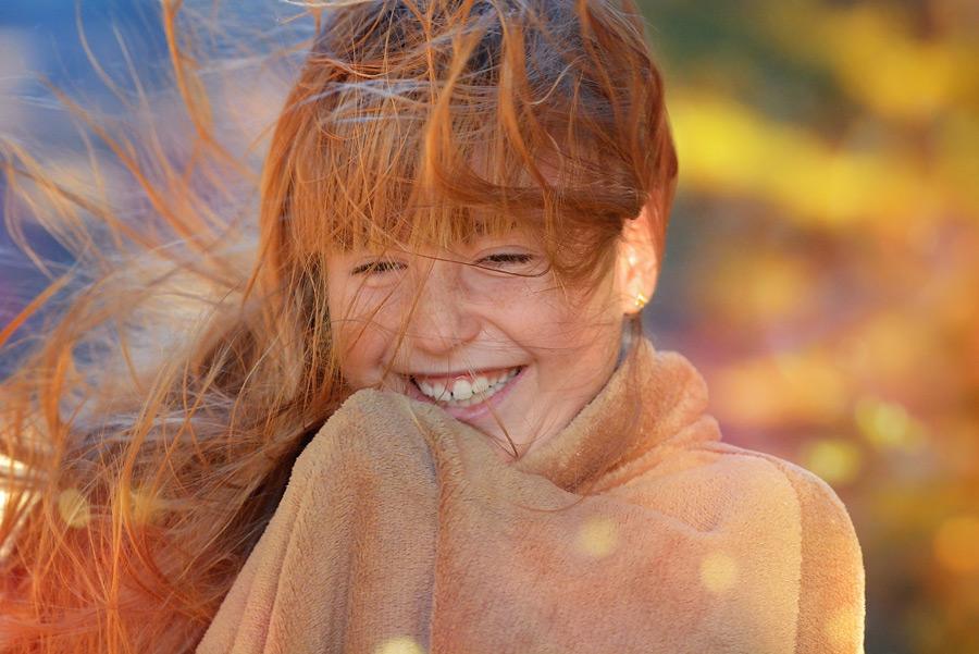 フリー写真 髪の毛がなびいている女の子のポートレイト