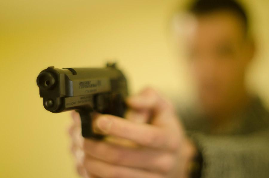 フリー写真 拳銃を構える男性