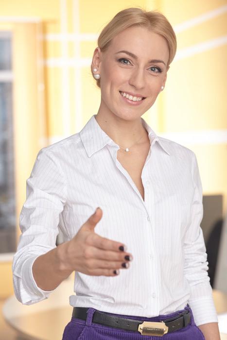 フリー写真 握手を求める外国のビジネスウーマン