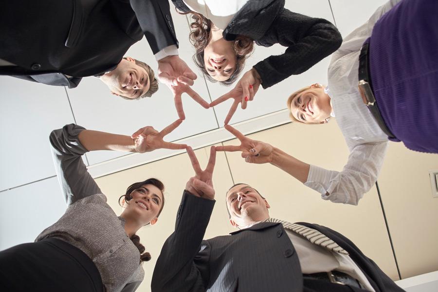 フリー写真 ピースサインで星を作る外国のビジネスパーソン