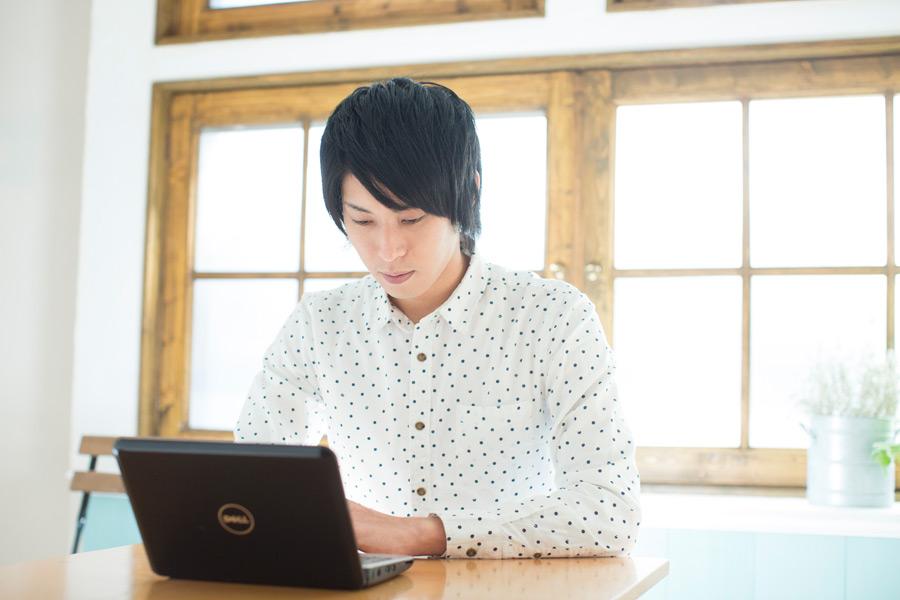 フリー写真 ノートパソコンを使う日本人男性のポートレイト