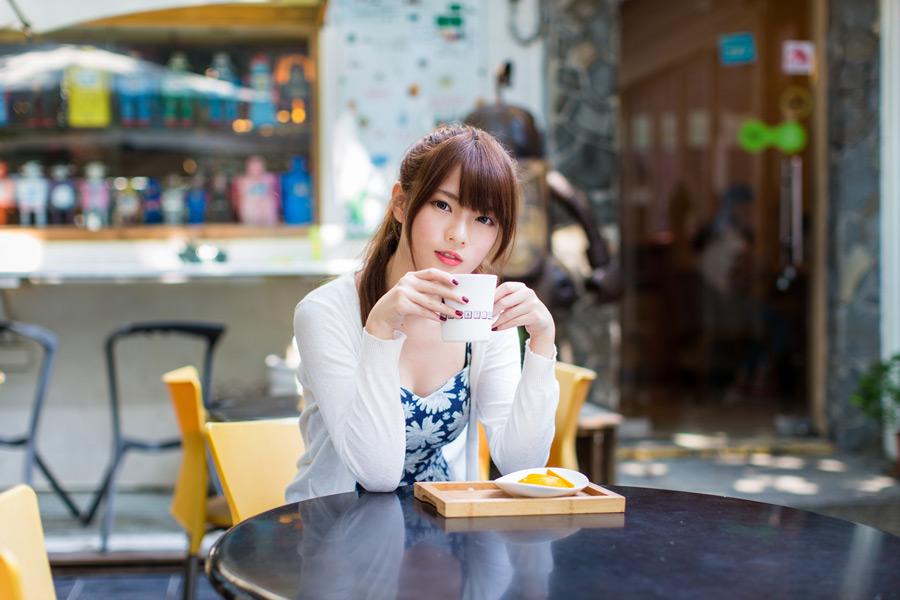 フリー写真 カフェでくつろぐ女性のポートレイト