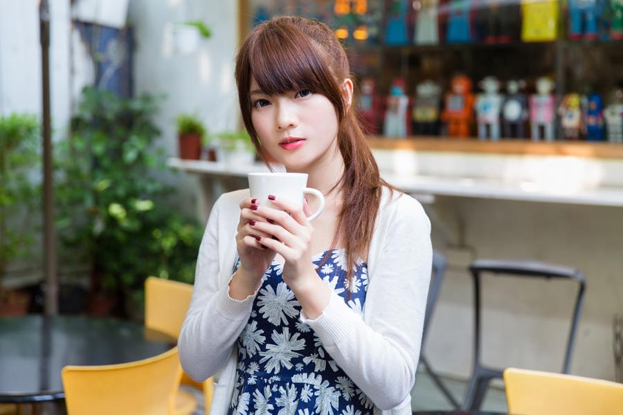 フリー写真 カフェでマグカップを持つ女性のポートレイト
