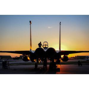 フリー写真, 乗り物, 航空機, 飛行機, 兵器, 戦闘機, F-15E ストライクイーグル, アメリカ軍, 夕暮れ(夕方), 夕焼け, 人と乗り物