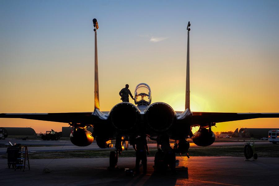 フリー写真 夕焼けとF-15Eストライクイーグル