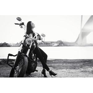 フリー写真, 人物, 女性, アジア人女性, ベトナム人, 女性(00104), 人と乗り物, バイク(オートバイ), ハーレーダビッドソン, 横顔, モノクロ