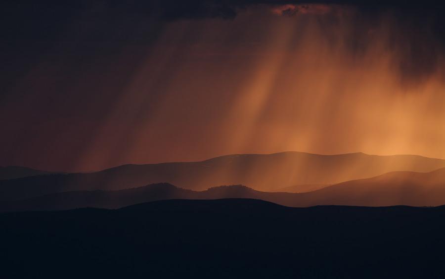 フリー写真 山と薄明光線の風景