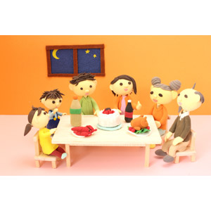 フリー写真, 人形, 家族, 親子, 三世代家族, 祖父(おじいさん), 祖母(おばあさん), 父親(お父さん), 母親(お母さん), 娘, 息子, 年中行事, クリスマス, 12月, 食事, クリスマスケーキ, ローストターキー, ローストチキン, 食卓(テーブル)