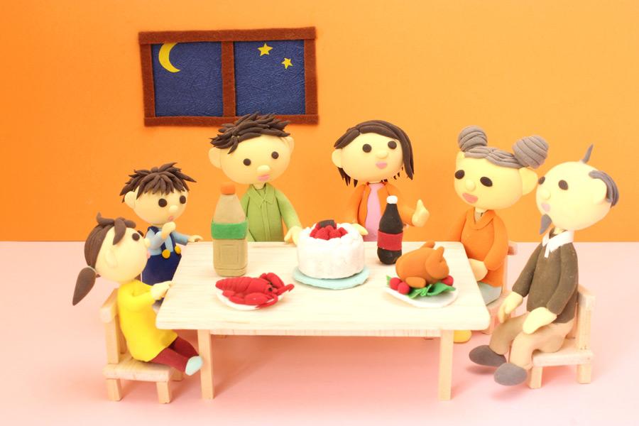 フリー写真 家族一緒のクリスマスパーティー